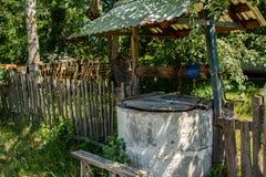 水井与位于村庄的淡水 图库摄影