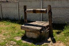 水井在明亮的晴朗的夏日期间在村庄 免版税图库摄影