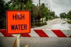 水位高,被充斥的街道 免版税库存照片