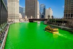 水出租汽车运载横跨被洗染的绿色芝加哥河的社交聚会常客 库存图片