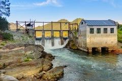 水力发电的老发电站 Chemal,阿尔泰共和国,俄罗斯 免版税库存图片