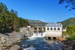水力发电的老发电站 Chemal,阿尔泰共和国,俄罗斯 免版税图库摄影