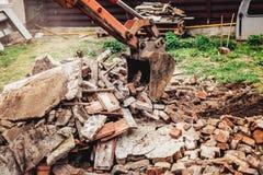 水力挖掘机反向铲机械运转在站点爆破的,建造场所 免版税库存照片