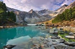 水和山 免版税库存照片