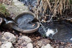 水和秋叶在池塘和喷泉 免版税库存照片
