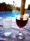 水和红酒在夏天 免版税库存照片