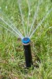水喷水隆头庭院自动灌溉系统 库存照片