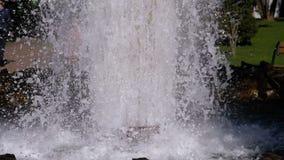 水喷泉和浪花在慢动作的 股票视频