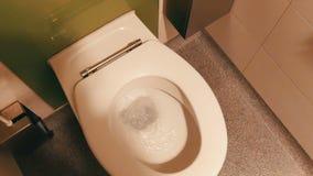 水在公共厕所的白色陶瓷洗手间小卧室被排泄 股票录像
