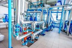 水在工厂用管道运输不锈钢建筑 免版税库存照片