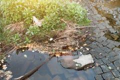 水坑和泥与轮胎轨道纹理 库存图片