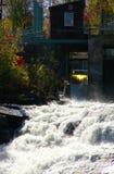 水坝冲的水 免版税库存照片
