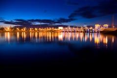 水坝水力发电的光晚上 免版税库存照片