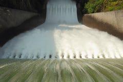 水坝溢洪道,咆哮水 图库摄影