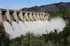 水坝电与氢结合的溢洪道 免版税库存照片