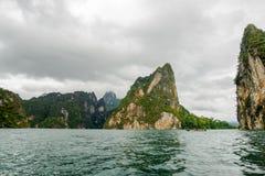 水坝的海岛有从小船视图的树的,南部泰国 库存图片