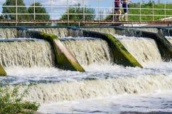 水坝的溢洪道在一条小河的 免版税库存图片