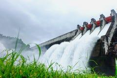 水坝风景有水落的 免版税库存图片