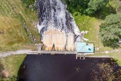 水坝鸟瞰图在Tudulinna,爱沙尼亚 苹果覆盖花横向草甸本质星期日结构树 免版税库存图片