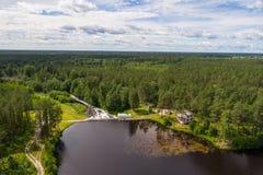 水坝鸟瞰图在Tudulinna,爱沙尼亚 苹果覆盖花横向草甸本质星期日结构树 免版税图库摄影