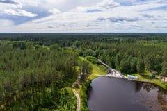 水坝鸟瞰图在Tudulinna,爱沙尼亚 苹果覆盖花横向草甸本质星期日结构树 库存图片