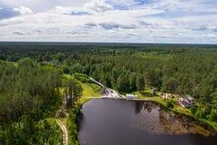 水坝鸟瞰图在Tudulinna,爱沙尼亚 苹果覆盖花横向草甸本质星期日结构树 免版税库存照片