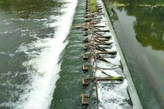 水坝 从一个水平的水流量到另一个 免版税库存图片