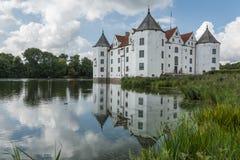 水城堡与反射,德国北部的Gluecksburg城堡 免版税库存照片