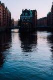 水城堡剪影在晚上太阳光的,汉堡,德国老Speicherstadt或仓库区 库存照片