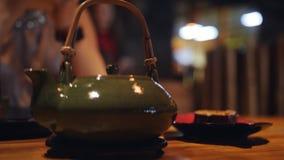 水壶在桌上在日本料理店 在日本料理店的家庭晚餐 股票视频