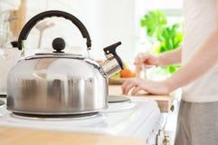 水壶在电火炉在厨房里 早晨咖啡或做早餐概念 库存照片