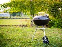 水壶木炭BBQ烤肉格栅在庭院或后院里 库存照片