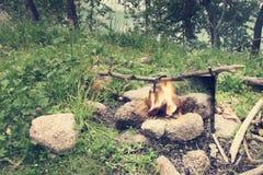 水壶煮沸在营火 免版税库存照片
