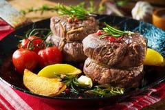 水多的中等牛肉里脊肉牛排可爱在桌上的平底锅 免版税库存照片