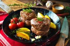 水多的中等牛肉里脊肉牛排可爱在桌上的平底锅 免版税图库摄影