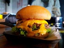 水多的双重肉汉堡用熔化的乳酪 库存照片