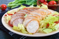 水多的家庭做的香肠用新鲜蔬菜清淡的春天沙拉在黑木背景的 库存图片