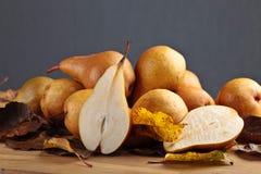 水多的成熟梨和烘干叶子 免版税库存照片