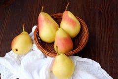 水多的成熟黄色梨在一张木桌里 免版税库存照片