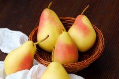水多的成熟黄色梨在一张木桌里 免版税库存图片