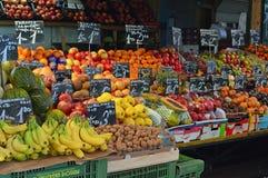 水多的果子更加广角的看法待售Naschmarkt维也纳 免版税库存图片
