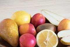 水多的果子特写镜头、健康食物、饮食成份、猕猴桃切片在柠檬附近和水多的桃子 免版税图库摄影