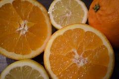 水多的桔子和柠檬特写镜头  免版税图库摄影