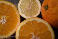 水多的桔子和柠檬特写镜头  图库摄影