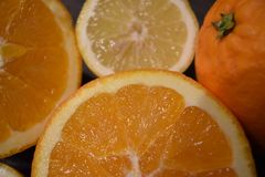 水多的桔子和柠檬特写镜头  免版税库存图片
