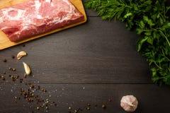 水多的生肉用香料、胡椒、海盐和草本 库存图片