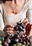 水多的红葡萄在女孩的手上 库存图片