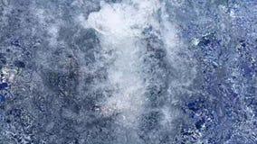 水大泡影在蓝色极可意浴缸水池里面的温水中 股票视频