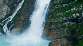 水大量沿着走瀑布 水咆哮小河流动与瀑布 股票视频