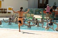 水妇女的健身锻炼在旅馆里 埃及 免版税库存照片